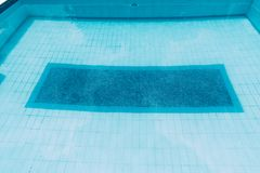 Superfície da piscina azul, fundo da água na piscina imagem de stock