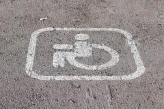 Superfície de estrada horizontal que marca 'um lugar de estacionamento reservado para deficientes motores fotos de stock