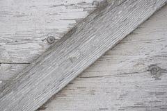 Superfície de madeira cinzenta com quebras, nós e pintura branca exfoliating fotografia de stock royalty free