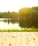 Superfície de madeira e floresta ensolarada Imagem de Stock Royalty Free