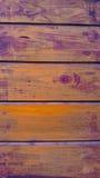 Superfície de madeira fundo amarelo e lilás Textura de madeira Imagens de Stock