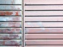 Superfície de metal com nervuras pintada com diversas cores Foto de Stock