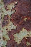Superfície de metal oxidada com pintura verde rachada, textura oxidada abstrata do metal, fundo oxidado do metal, corrosão, backg imagens de stock