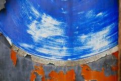 Superfície de metal pintada suja, azul, alaranjada e cinzenta fotos de stock