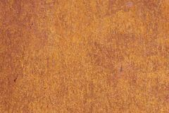 Superfície de metal textured amarelo-vermelha oxidada A textura da folha de metal é oxidação e corrosão inclinadas grunge fotografia de stock royalty free