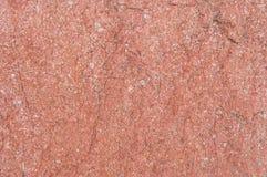 Superfície de pedra vermelha natural coberta pelo musgo Foto de Stock Royalty Free