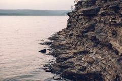 Superfície de uma parede de pedra Enegreça o fundo de pedra Balanç a textura Fundo da pilha da rocha foto de stock