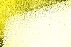 Superfície de vidro com gotas da água, cor amarela brilhante, textura brilhante das gotas, fundo molhado, inclinação branco e ama foto de stock