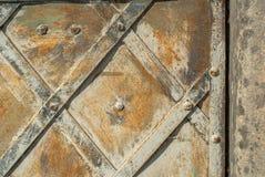Superfície do ferro oxidado com os restos do fundo velho da textura da pintura foto de stock