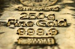 A superfície do lingote de ouro moldado fotos de stock