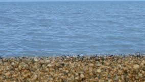 Superfície do mar calmo na costa arenosa e rochosa do fundo Paisagem bonita do mar vídeos de arquivo