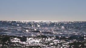A superfície do mar sul no dia ensolarado brilha video estoque