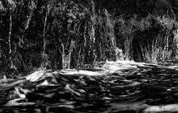 Superfície e água fujidas preto e branco do oceano imagem de stock royalty free