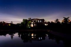 Superfície e estrela da água da noite da casa de campo Fotos de Stock
