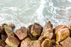 Superfície e pedra/rocha da água do mar, fundo/textura Imagens de Stock Royalty Free