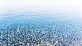 Superfície lisa do mar no bom tempo Água azul clara pura imagem de stock