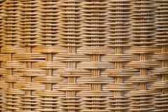 A superfície marrom é feita do rattan, malha junto com elaborado foto de stock royalty free