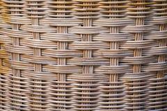 A superfície marrom é feita do rattan, malha junto com elaborado imagem de stock royalty free