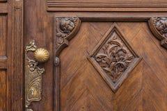Superfície pesada do puxador do close up do carvalho europeu da textura do emblema da porta fotografia de stock royalty free