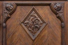 Superfície pesada do puxador do close up do carvalho europeu da textura do emblema da porta imagem de stock