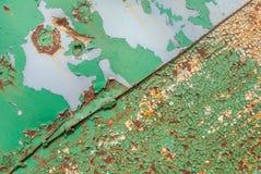 A superfície pintada do ferro com um grande oxidado e metal a corrosão, o fundo velho com casca e a pintura de rachamento, textur foto de stock royalty free