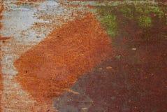 Superfície pintada do ferro com uma grande corrosão oxidada e do metal, fundo velho com pintura de descascamento e de rachamento  fotografia de stock royalty free