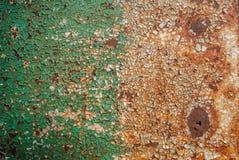 Superfície pintada do ferro com uma grande corrosão oxidada e do metal, pintura lascada, fundo velho com pintura de descascamento foto de stock royalty free