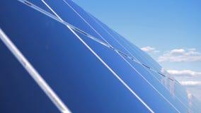 Superfície reflexiva da plataforma do ` s da bateria solar Conceito verde da energia vídeos de arquivo