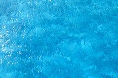 Superfície vívida da água azul Fotografia de Stock