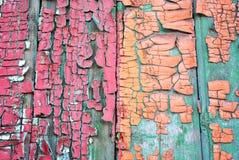 Superfície velha de madeira pintada com pintura gasto de turquesa, de vermelho e de sepia imagens de stock royalty free