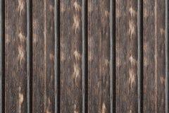 A superfície vertical da madeira do painel resistiu ao projeto baixo marcado das listras do fundo beiras escuras gastas fotos de stock