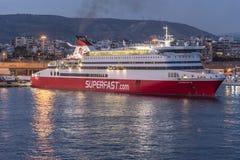 Superfast färja i den Piraeus hamnen efter solnedgång Royaltyfria Bilder