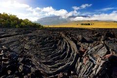 Superficie áspera de la lava congelada después de la erupción del volcán de Mauna Loa en la isla grande, Hawaii foto de archivo
