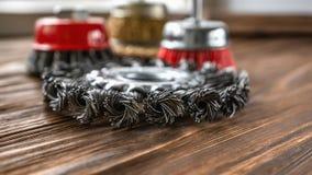 Superficie abrasiva dello strumento del cavo duro per pulire legno e dargli una struttura Spazzole metalliche su legno trattato C fotografia stock