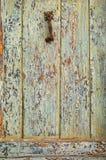 Superficie abstracta: fragmento de la puerta de madera vieja Fotos de archivo libres de regalías