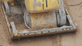 Superficie amarilla de trabajo a cámara lenta de la arena del espesamiento del compresor de la placa de la gasolina almacen de video