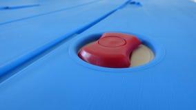 Superficie azul con el botón rojo Imagen de archivo