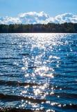 Superficie azul del agua de río con las estrellas Foto de archivo libre de regalías