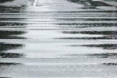 Superficie bagnata della strada asfaltata con le riflessioni immagini stock