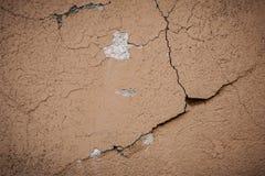 Superficie beige del crepitare della parete dello stucco Fondo strutturato beige leggero Struttura di Grunge Contesto stagionato  immagine stock