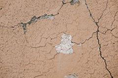 Superficie beige del crepitare della parete dello stucco Fondo strutturato beige leggero Struttura di Grunge Contesto stagionato  fotografia stock