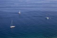 Superficie blu dell'acqua dell'oceano o del mare con l'orizzonte ed il cielo Fotografia Stock
