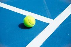 Superficie blu e verde del campo da tennis, pallina da tennis sul campo Fotografia Stock Libera da Diritti