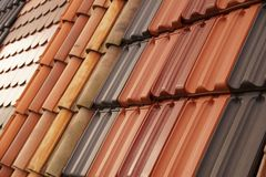 Superficie brillante, mate y texturizada Diversas tejas de tejado coloreadas foto de archivo libre de regalías