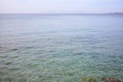 Superficie clara del mar Agua poco profunda, fondo del cielo azul Imágenes de archivo libres de regalías