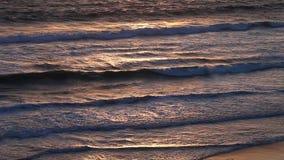 Superficie colorida del agua del océano durante puesta del sol almacen de video