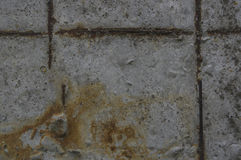 Superficie concreta gris con la armadura oxidada Fotografía de archivo
