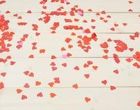 Superficie coperta di coriandoli a forma di del cuore Fotografia Stock