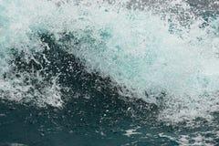 Superficie d'ebollizione di acqua sotto l'influenza di forte vento Spruzza e cade dello spargimento dell'acqua nelle direzioni di Immagine Stock