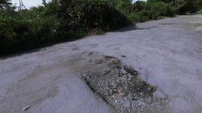 Superficie de la carretera destruida almacen de metraje de vídeo